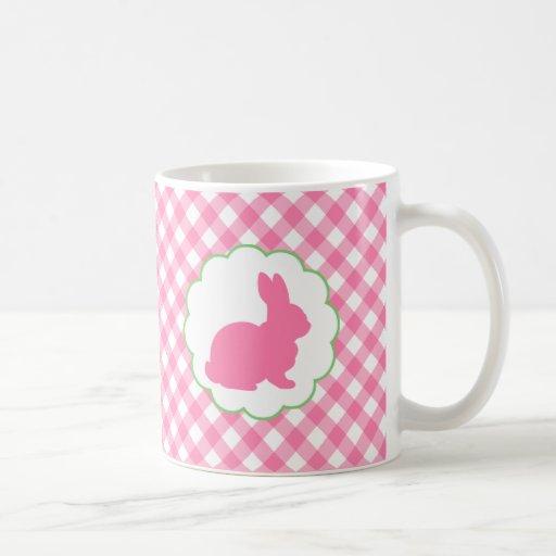 Silueta rosada del conejito taza de café