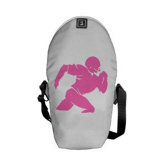 Silueta rosada del futbolista bolsas de mensajería