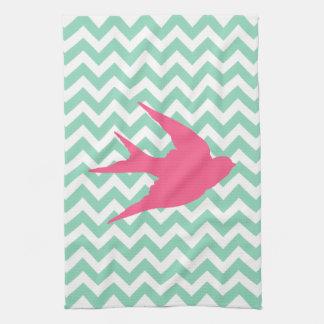Silueta rosada del pájaro en las rayas de Chevron Toallas De Cocina