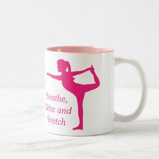 Silueta rosada llamativa de la señora en actitud d taza de café