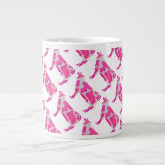 Silueta rosada y blanca de la vaca taza de café gigante