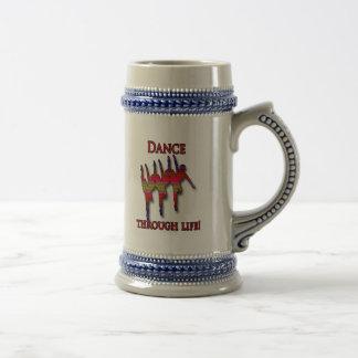 Silueta triple de la bailarina con el texto jarra de cerveza