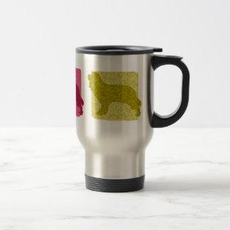Siluetas arrogantes coloridas del perro de aguas d tazas de café