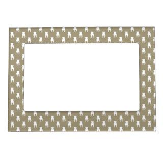 Siluetas blancas del barro amasado en fondo de marcos magneticos para fotos