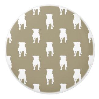Siluetas blancas del barro amasado en fondo de pomo de cerámica