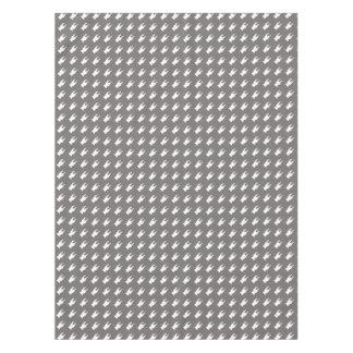 Siluetas blancas del barro amasado en fondo gris mantel de tela