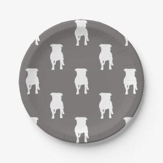 Siluetas blancas del barro amasado en fondo gris platos de papel