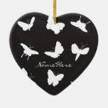Siluetas blancos y negros de la mariposa adorno navideño de cerámica en forma de corazón