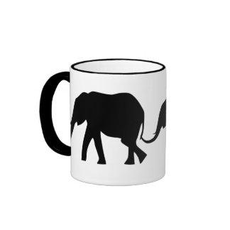 Siluetas de 3 elefantes que sostienen las colas taza de dos colores