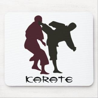 Siluetas de artistas marciales durante una lucha mouse pads