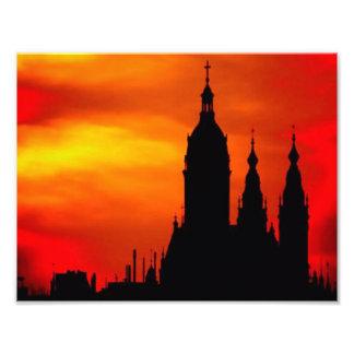 Siluetas de la iglesia de la puesta del sol fotografía