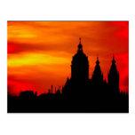 Siluetas de la iglesia de la puesta del sol postal