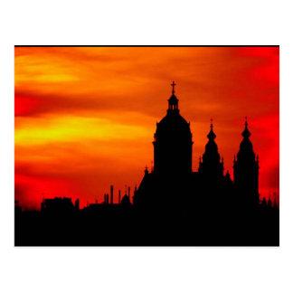 Siluetas de la iglesia de la puesta del sol tarjeta postal
