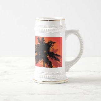 Siluetas de la puesta del sol de las palmeras taza de café