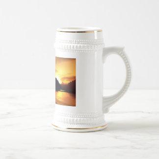 Siluetas de la puesta del sol jarra de cerveza