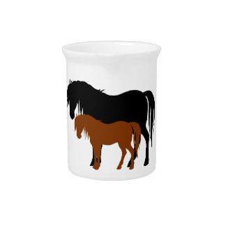 Siluetas de la yegua y del potro jarra para bebida