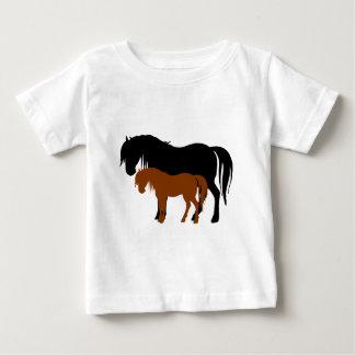 Siluetas de la yegua y del potro tee shirt
