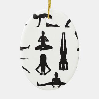 Siluetas de las actitudes de la yoga o de los adorno ovalado de cerámica
