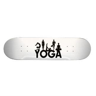 Siluetas de las mujeres de la yoga skate boards