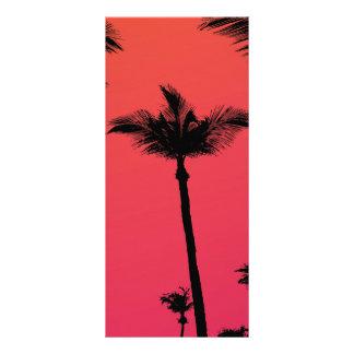 Siluetas de las palmeras en la puesta del sol tarjeta publicitaria a todo color