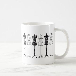Siluetas de los maniquíes de la moda del vintage taza de café