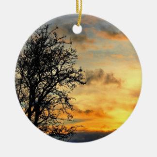 Siluetas del árbol en la puesta del sol adorno de navidad