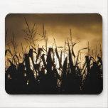Siluetas del campo de maíz alfombrilla de raton