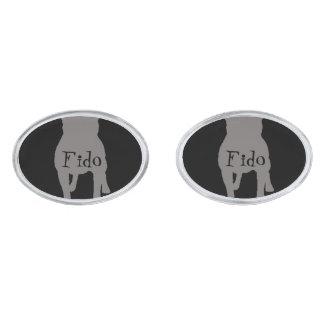 Siluetas grises del barro amasado en fondo negro gemelos plateados