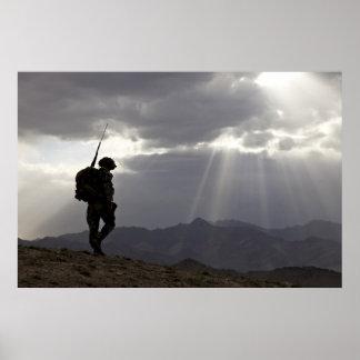 Siluetas militares en dios que confiamos en póster