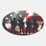Siluetas militares patrióticas del soldado colcomanias óval