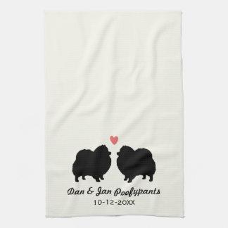 Siluetas negras de Pomeranian con el corazón y el Toallas