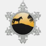 Siluetas negras del caballo y del árbol adornos