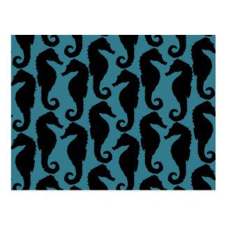 Siluetas tropicales del Seahorse - azul negro Postal