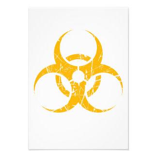 Símbolo amarillo rasguñado del Biohazard Invitación Personalizada