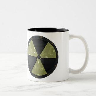 Símbolo amonestador radiactivo taza de dos tonos