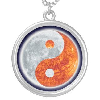 Símbolo asiático de Yin-Yang para el collar redond