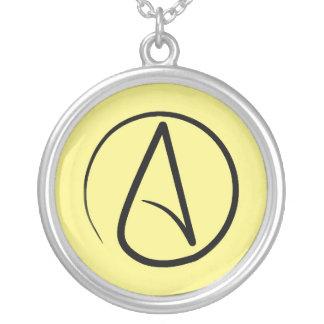 Símbolo ateo: negro en amarillo claro collar plateado