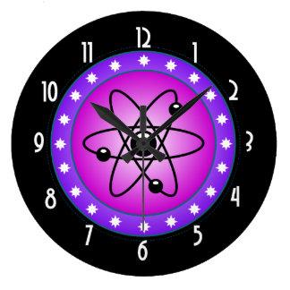 Símbolo atómico en un fondo rosado reloj redondo grande