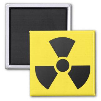 Símbolo atómico nuclear de la radiación radiactiva imán cuadrado