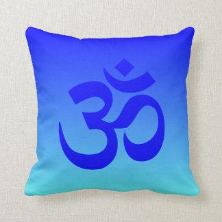 Símbolo azul de Ombre OM de la aguamarina Cojín