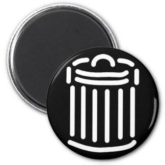 Símbolo blanco del bote de basura imán redondo 5 cm