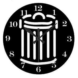Símbolo blanco del bote de basura reloj de pared