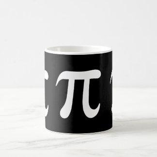 Símbolo blanco del pi en fondo negro taza básica blanca