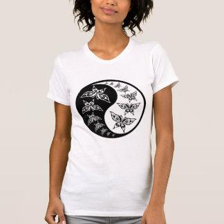 Símbolo blanco y negro de Yin Yang de la mariposa Camisas