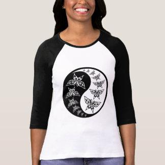 Símbolo blanco y negro de Yin Yang de la mariposa Polera