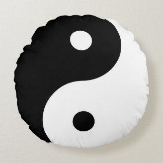 símbolo blanco y negro de yin-Yang del zen Cojín Redondo