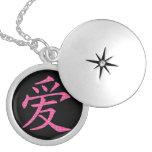 Símbolo chino japonés del amor de corazones pendientes
