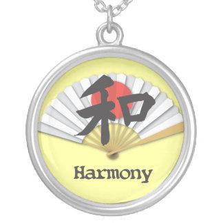 Símbolo de la armonía con la fan japonesa colgante redondo