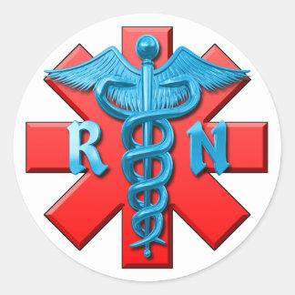 Símbolo de la enfermera registradoa etiquetas redondas