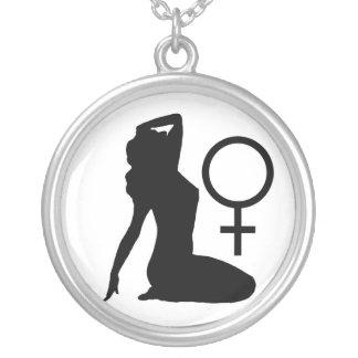 Símbolo de la hembra de la silueta collar plateado